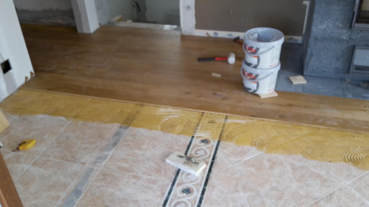 pavimento in legno posato su vecchie piastrelle ...